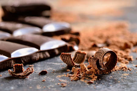 ダーク チョコレート チップとパウダー 写真素材