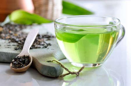 Chá verde spa em um copo de vidro, desintoxicação e relaxante bebida quente