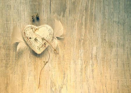 定型化された翼を持つバレンタインのレトロな素朴なハート 写真素材