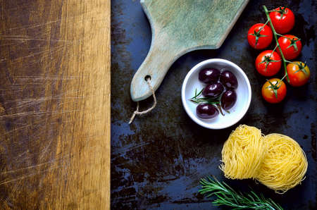 kulinarne: Culinary background with spaghetty, olives, tomatoes and spicy herbs