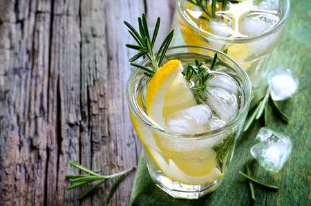 メガネや多分さわやかな夏アルコール カクテル氷とレモンとローズマリーのソーダ 写真素材