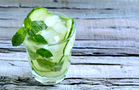 Detox cucumber and mint diet drink, healthy summer cooler Foto de archivo