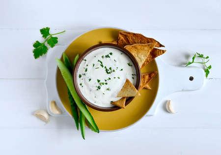 伝統的なギリシャ ヨーグルト、キュウリ、vaus で作られたディップをさわやかなハーブ 写真素材