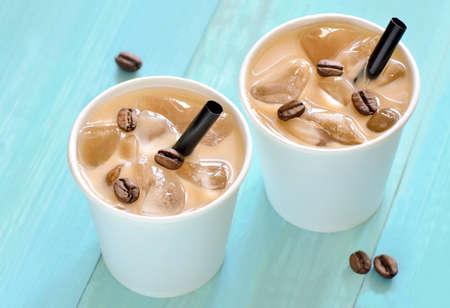 ミルクまたはクリーム紙一時カップ入りアイス コーヒー 写真素材