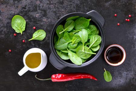 新鮮なホウレン草の葉サラダ ドレッシング、料理の概念と