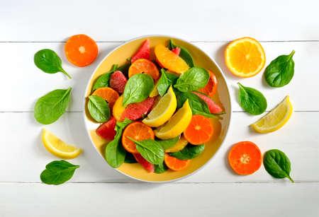 spinach: Ensalada de c�tricos con hojas de espinacas frescas, impulso sano vitamina para el desayuno Foto de archivo