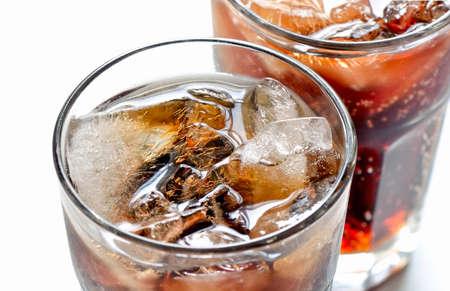 gaseosas: Iced cola de la dieta sin azúcar en dos vasos