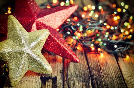 木製風化背景、様式化されたビンテージ写真にライトがきらめくのクリスマス デコレーション