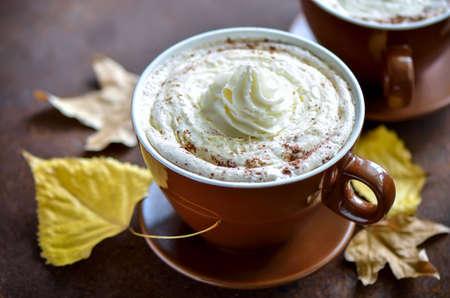 �pices: Latte �pices citrouille, automne traditionnelle chaleureuse boisson confortable
