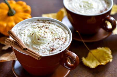 especias: Calabaza especias latte, bebida caliente acogedora otoño tradicional Foto de archivo
