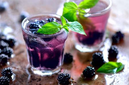 bebidas alcohÓlicas: Bebida de verano fresco Bramble o blackberry o coctail alcohólica