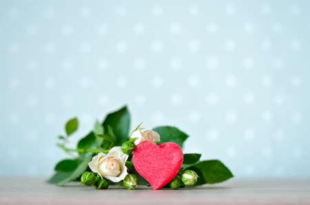母の日やバレンタインの概念、新鮮なバラで飾られた心