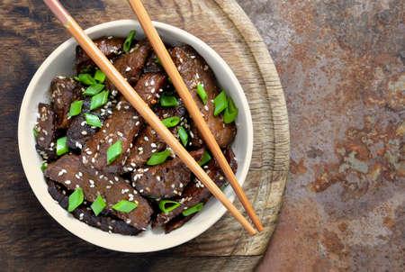 伝統的なアジアン スタイルで調理した自家製牛肉