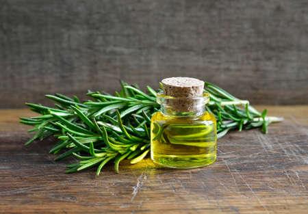 Rosemary olejku w szklanej butelce Zdjęcie Seryjne