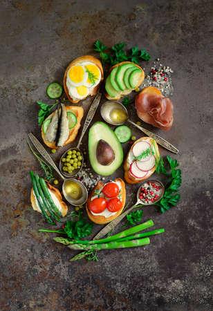 Conjunto de vários sanduiches e ingredientes, lay lay, top view Imagens