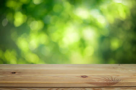Plain wooden table surface on a blurred outdoor background Banque d'images