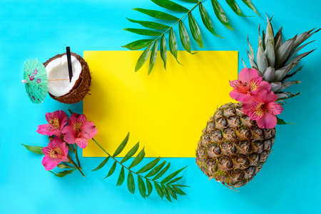 Tropical fruits background with pineapple, beach wedding invitation card or summer banner Foto de archivo