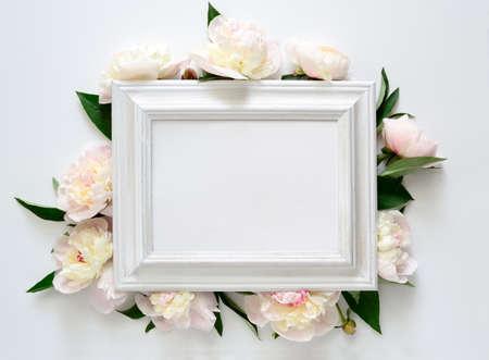 convite do casamento ou chá de panela, moldura de madeira branca decorada com flores, espaço em branco para um texto