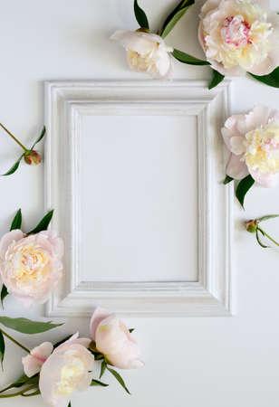 Invito a nozze o sposa doccia invito o mockup carta festa della mamma, bianco cornice in legno decorato con fiori, spazio vuoto per un testo Archivio Fotografico - 60160716