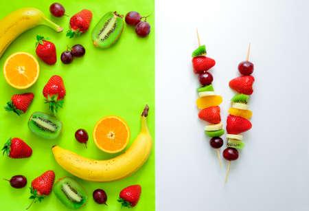brochetas de frutas: Brochetas de frutas y bayas concepto, comida sencilla y saludable ingredientes crudos, vista desde arriba Foto de archivo