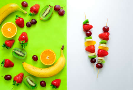 brochetas de frutas: Fruit and berry skewers concept, simple healthy raw meal and ingredients, top view