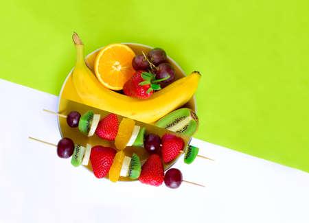 brochetas de frutas: Brochetas de frutas y bayas concepto, simple harina cruda saludable y los ingredientes, bueno para los ni�os del partido, vista desde arriba Foto de archivo