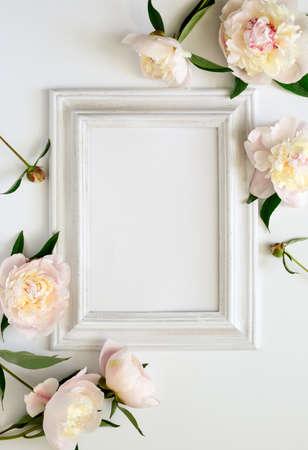 anniversario matrimonio: invito a nozze o sposa doccia invito o mockup carta festa della mamma, bianco cornice in legno decorato con fiori, spazio vuoto per un testo