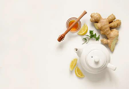 De ingrediëntenconcept van gemberthee, gezonde troostende en verwarmende thee onder eenvoudig recept, mening van hierboven, ruimte voor een tekst Stockfoto - 68623366