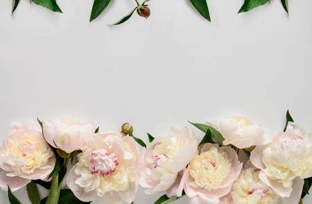 Invitación de la boda o despedida de soltera invitación o maqueta tarjeta de Día de la Madre, decorado con flores marco, espacio en blanco para un texto Foto de archivo - 68623372