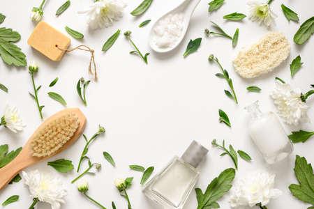 Spa floral background, flache Lage der verschiedenen Schönheitspflege Produkte mit einfachen weißen Blüten verziert, leer Platz für Ihren Text