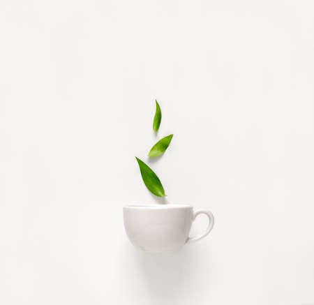 위의 상승 녹색 잎, 차 향기로운 자질 개념과 신선한 녹차의 컵 스톡 콘텐츠 - 73370403