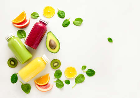 さまざまな種類のスムージーやジュースのボトル、健康的なダイエット食品のコンセプト、上からの眺め、テキストのためのスペース、 写真素材