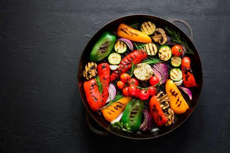 グリル鍋、テキストのためのスペースの上から見る鋳鉄のグリル野菜