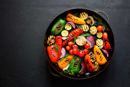 Grilled vegetables in a cast iron grilling pan, view from above, space fora text Foto de archivo