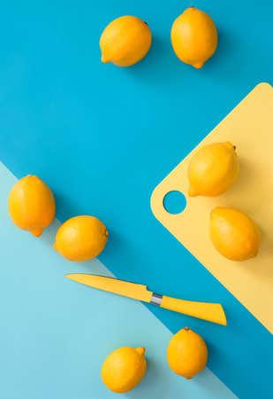 台所のテーブル、最小限の料理コンセプト、上からの眺め、テキストのためのスペース上のレモン