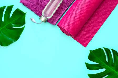 Modello di volantino estivo di yoga o fitness, composizione piatta con uno spazio per un testo