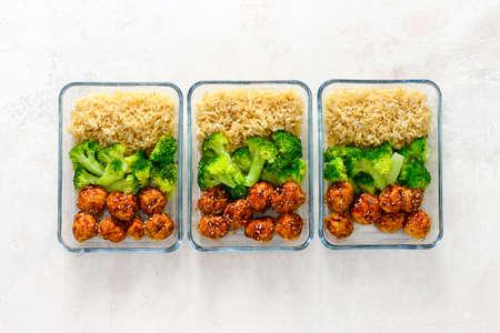 Aziatische stijl teriyakisaus kippenvleesballetjes met broccoli en rijst bereid en in een afhaallunchdoos gedaan, van bovenaf bekeken