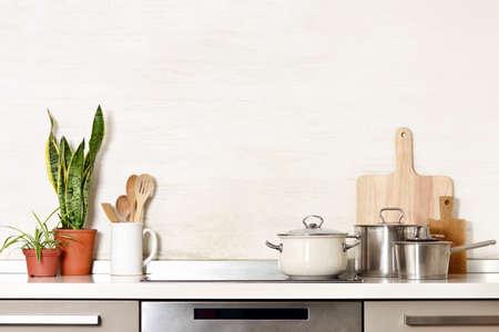 Utensili da cucina su un moderno tavolo da cucina domestica, sfondo vista frontale con spazio vuoto per un testo