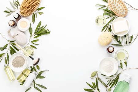 Concepto de spa con aceite de oliva y extracto de hoja de olivo ingredientes cosméticos naturales, composición plana con espacio en blanco para un texto