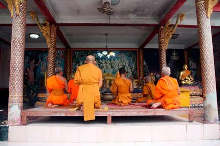 Los monjes budistas en t�nicas de color naranja rezando a buda en gran buda templo samui isla tailandia  Foto de archivo - 1646785