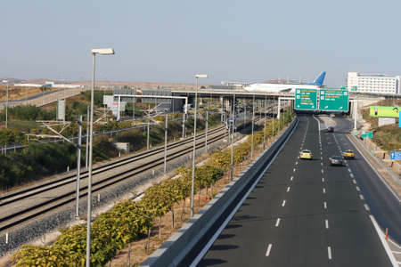 cape mode: Transporte Auto Z�ge und Flugzeuge aus Athens International Airport Lizenzfreie Bilder