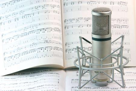 letras musicales: Notas de la m�sica de fondo y herramientas de estudio de grabaci�n del micr�fono  Foto de archivo