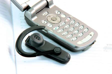 hands free: tel�fono celular manos libres con detalle diario de los conceptos de comunicaci�n Foto de archivo