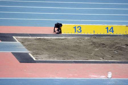 foso: el salto de longitud de arena a cielo adentro estadio deportivo conceptos