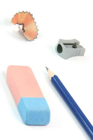 rectify: attivit� di istruzione e concetti matita gomma sharpener isolati su sfondo bianco