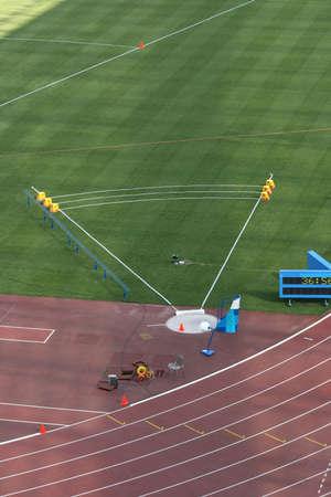 shot put: Lanzamiento de peso sobre el terreno y realizar un seguimiento de los carriles vac�os detalle de estadio