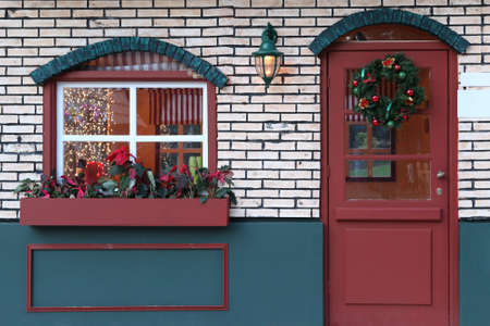 ventanas y puertas decoradas con luces de Navidad artificial casa Foto de archivo - 4197149