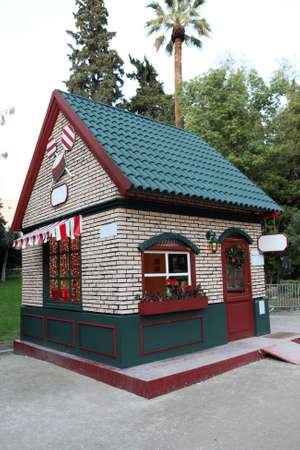 casita de dulces: artificiales de dulces en casa del parque nacional de Atenas Grecia para la celebraci�n de navidad Foto de archivo