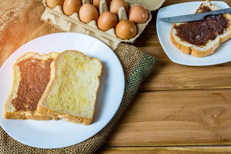 shabat: Desayuno mantequilla de pan y chocolate en una mesa de madera