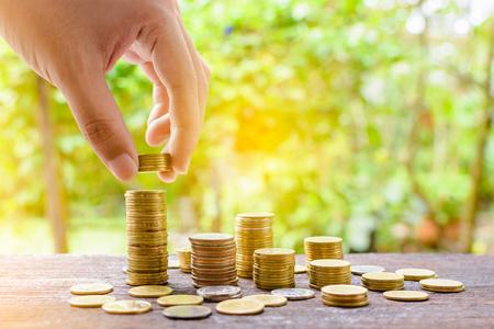 銀のコインを成長し、お金のステップの節約成功の背景のボケ味 写真素材